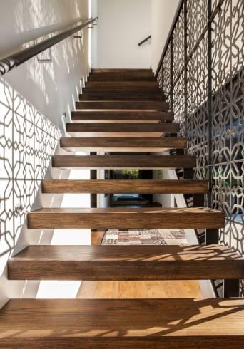 Projetos de escadas vazadas modernas de madeira