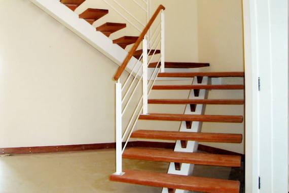 Modelos diferentes de escadas com viga central de ferro e aço