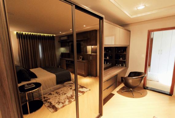 Fotos de quartos decorados com espelho bronze no armário
