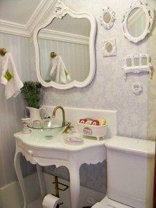 Composição de espelhos provençais e molduras de resina brancas