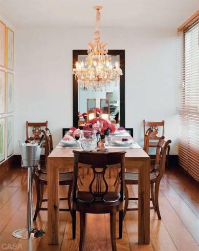 Fotos de salas decoradas com espelho com moldura de madeira
