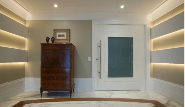 Porta pivotante de entrada branca com vidro jateado