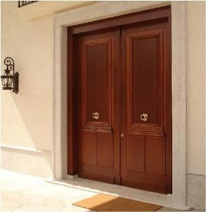 Porta de entrada clássica de madeira de duas folhas