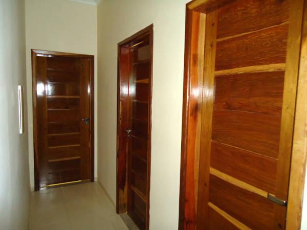 Portas internas de madeira envernizada