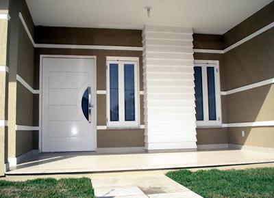 Porta pivotante de entrada com frisos