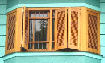 modelo de janela camarão com folhas do tipo venesianas