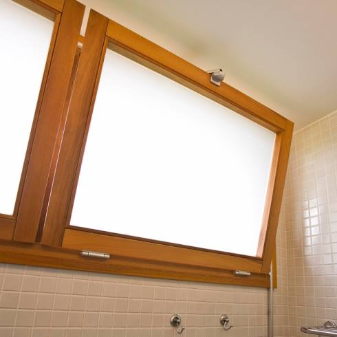 foto de janela de tombar com vidro fosco