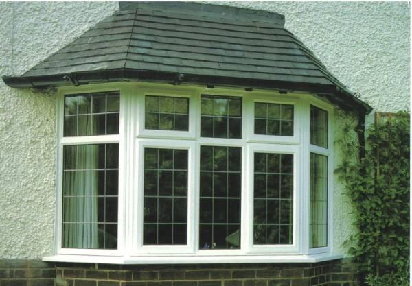 modelo de janela bay window com grades brancas
