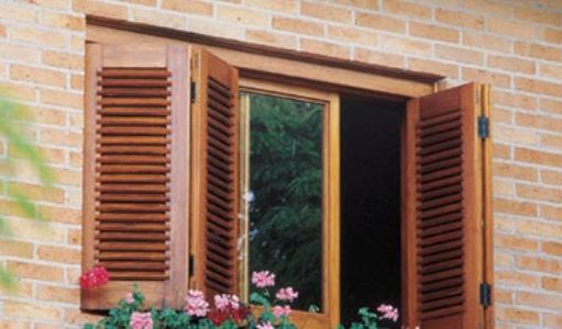 linda janela camarão em tons madeira