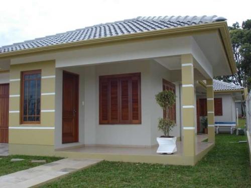 linda casa com várias modelos de janela em madeira