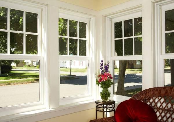 foto de casa decorada com várias janelas guilhotina