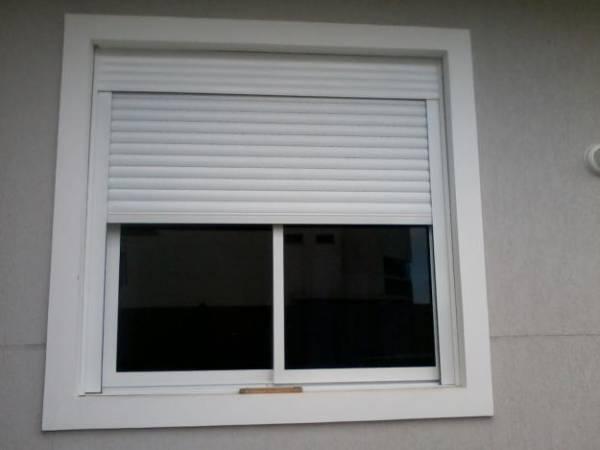 janela de correr branca com camada em venesiana