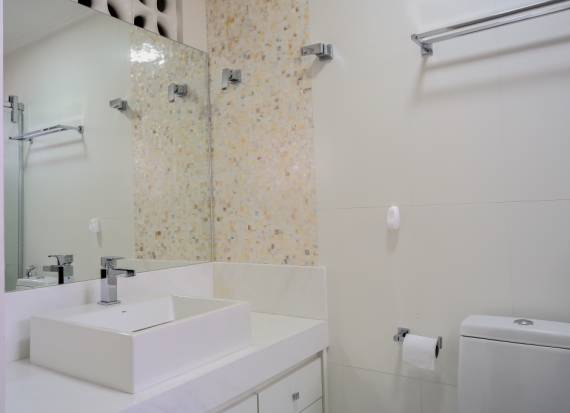 BANHEIROS COM PASTILHAS 60 Modelos e Dicas -> Banheiro Com Pastilha De Vidro Atras Do Vaso