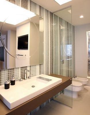 banheiro com listras de pastilha de vidro