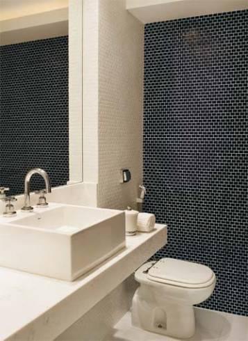 banheiro com pastilha azul marinho