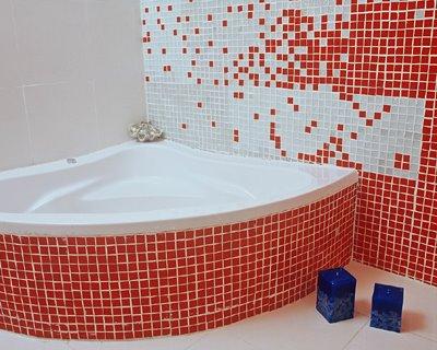 pastilha vermelha em banheiro