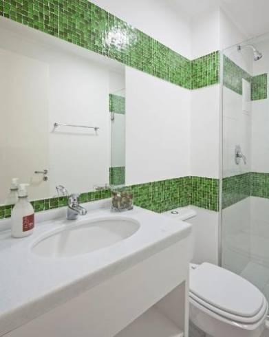 listras de pastilha verde no banheiro