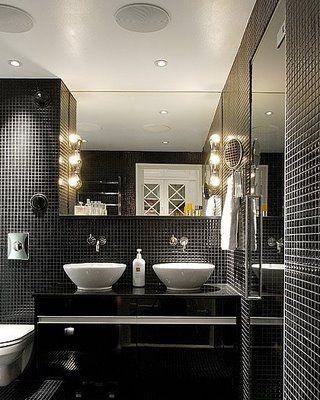banheiro de pastilhas pretas