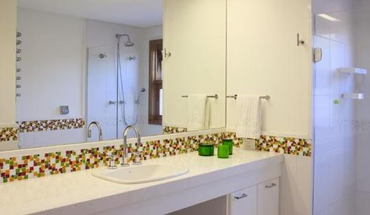 BANHEIROS COM PASTILHAS 60 Modelos e Dicas -> Banheiro Simples Com Pastilhas Roxas
