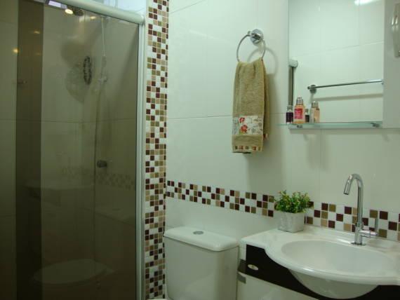 BANHEIROS COM PASTILHAS 60 Modelos e Dicas -> Banheiro Com Faixa De Pastilha Atras Do Vaso