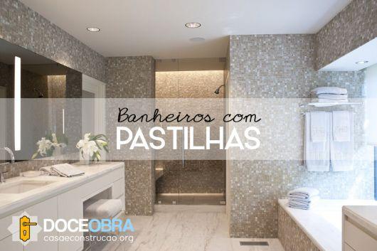 banheiros com pastilhas marrom, piso de mármore e bancada branca