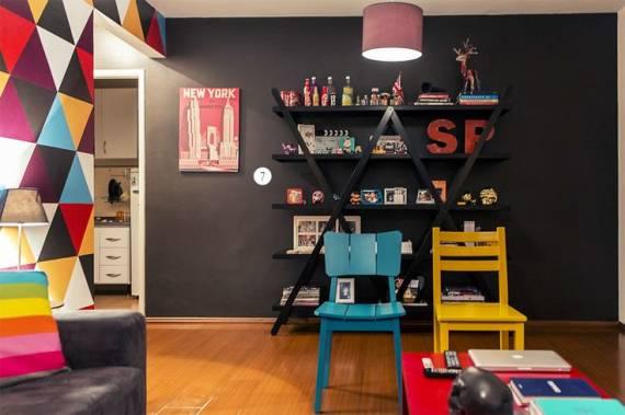 sala com parede preta e decoração colorida