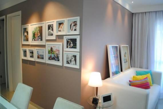quadros com fotos na parede do corredor
