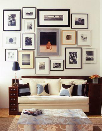 quadros de fotos na parede da sala
