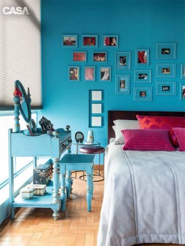 quarto turquesa com fotos na parede