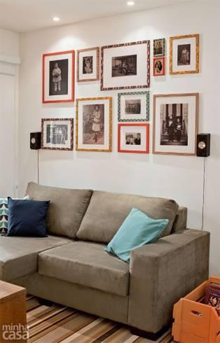 quadros com fotos de família na parede da sala