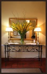 decoração de hall de entrada com luminárias e plantas