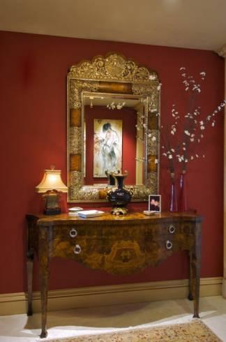 decoração de hall de entrada em tons dourado