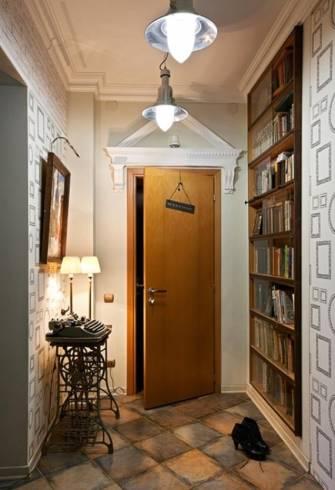 decoração de hall de entrada com linda estante de livros e uma máquina de escrever