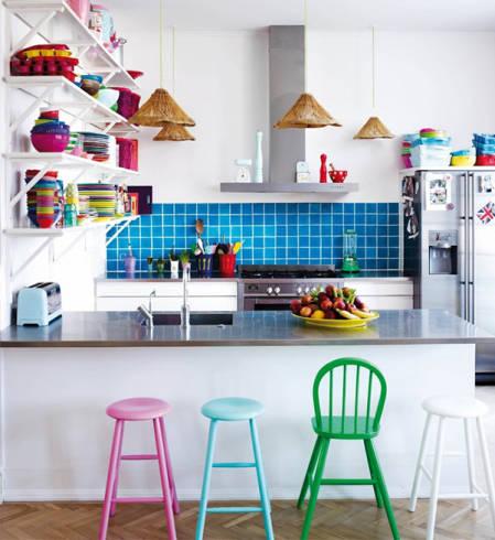 decoração colorida em cozinha pequena