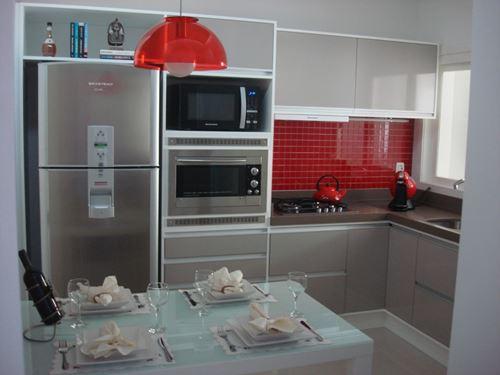decoração cinza e vermelho em cozinha pequena