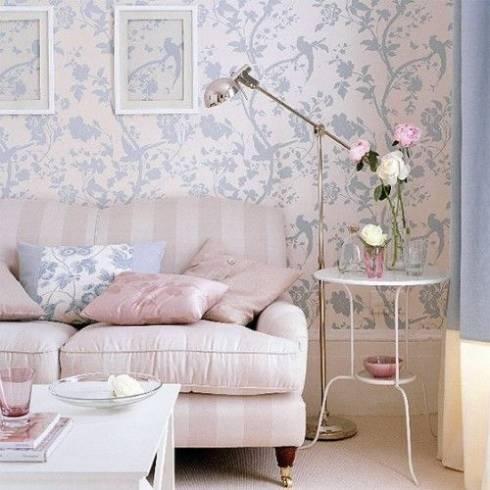sala com papel de parede floral azul