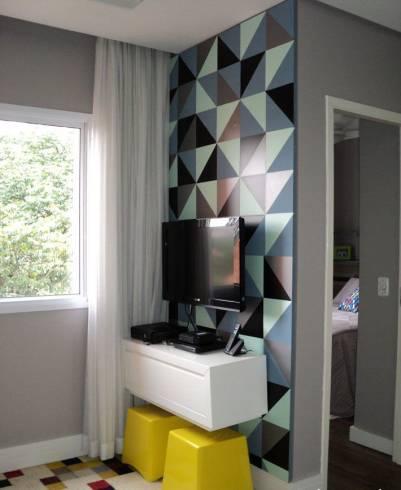 papel de parede geométrico na sala de TV