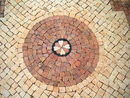 foto de calçada em decoração em pedra calcária