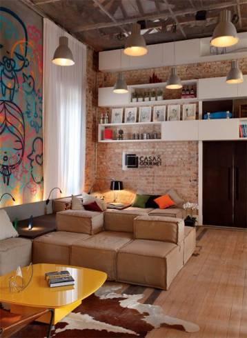 sala jovem com parede de tijolo a vista
