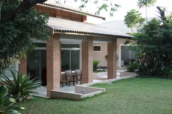 casa com tijolo aparente na área externa