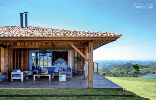 casa rústica de madeira com detalhes em azul