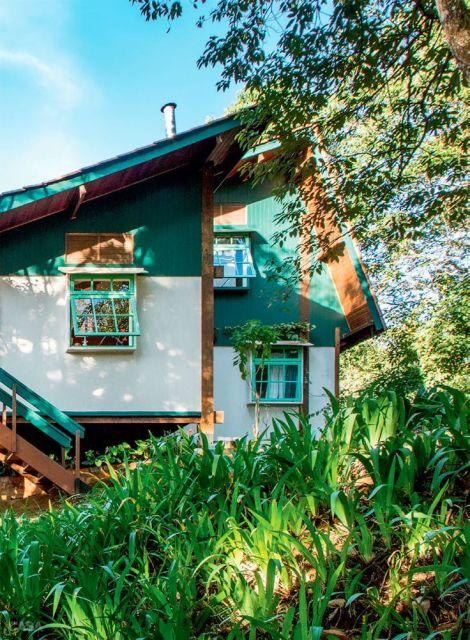 casa de madeira com pintura branca e turquesa