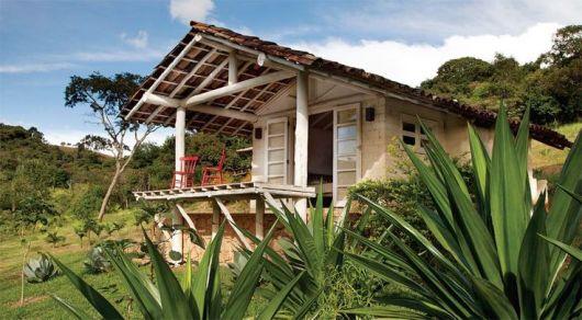 casa rústica pequena com varanda e pintura branca
