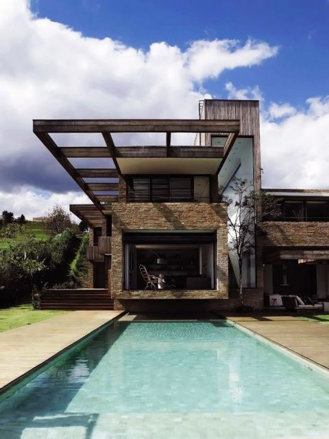 casa moderna rústica com detalhes de pedras e madeira