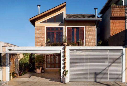 fachada de sobrado com tijolo à vista