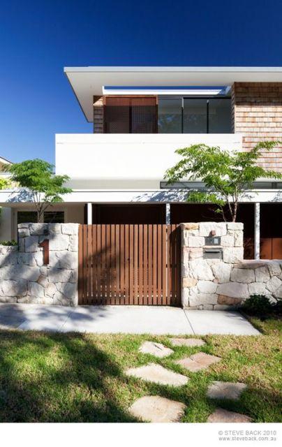 casa moderna com portão de madeira