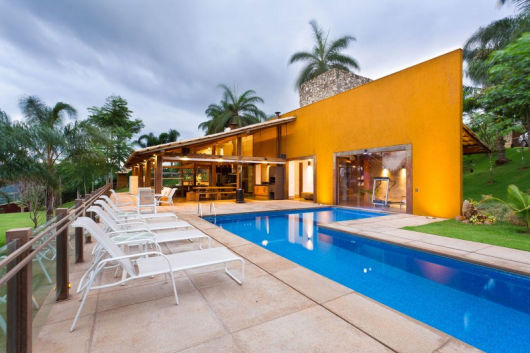 casa moderna amarela com piscina