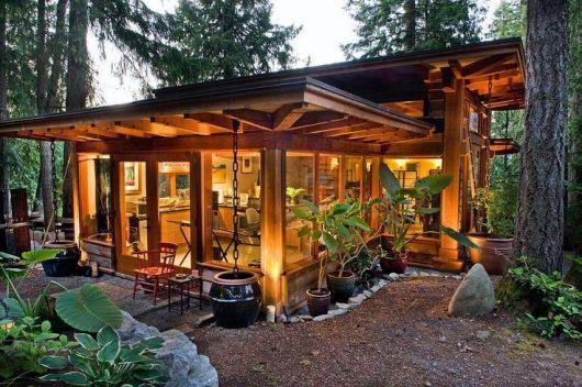 casa de madeira no campo com iluminação quente
