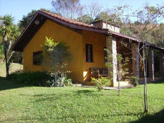 casa rústica rural com colunas de pedras