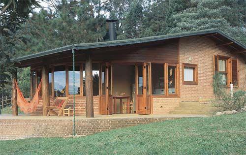casa rústica com parede de madeira e de tijolos aparentes